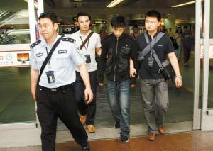 20日14时许,专案组民警将赵某从安徽押回深圳。
