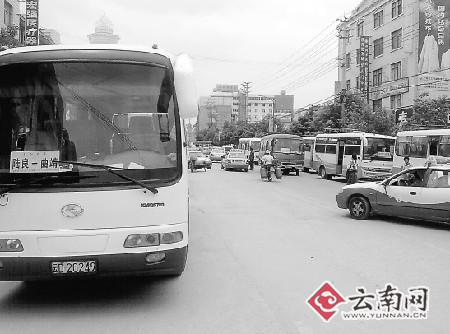 众多聚集在这里的客运车辆让道路显得异常拥挤