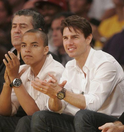 汤姆-克鲁斯带着养子观看NBA洛杉矶湖人的季后赛