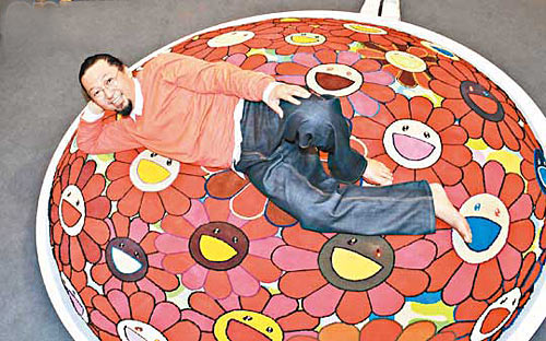 村上隆应传媒要求躺在其2009年制作的手编羊毛花花地毡上拍照,非常合作