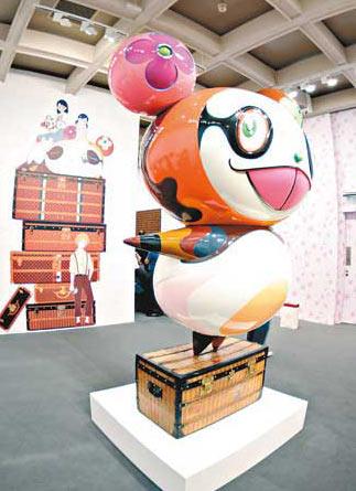 村上隆巨型熊猫模型踏��LV的古董行李箱而来,是当代艺术与经典皮具跨界结合的典范