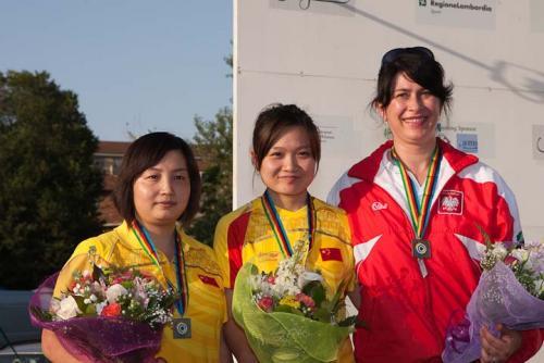 郭文珺(中)和胡军(左)在女子10米气手枪颁奖仪式中