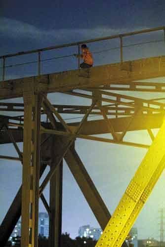 跳桥男子蹲在珠江桥顶