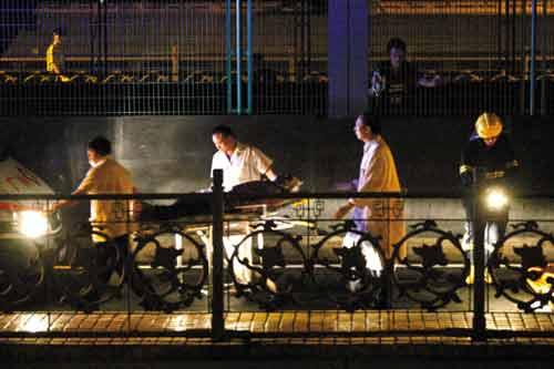 医护人员将头部受伤的跳桥男急送医院 本报记者 林桂炎 摄