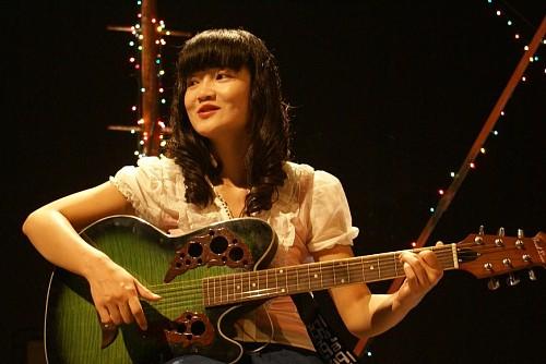 """《完美新娘》""""剩女""""杜蕾思(郭柯宇饰)玩吉他"""