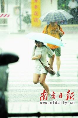 暴雨袭来,深圳街头行人避之不及。丁玎摄