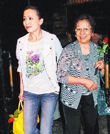 刘嘉玲小心翼翼扶着婆婆离开餐厅