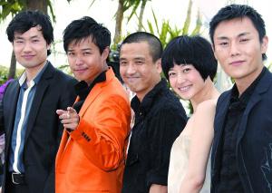 陈思成(左二)出席《春风沉醉的晚上》的首映式