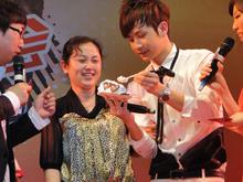李茂给妈妈喂蛋糕