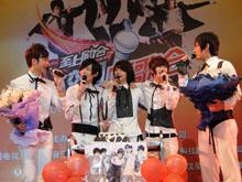 组合成员一起唱生日歌