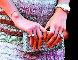 章子怡两手均戴钻戒,自己买的在左,未婚夫送的在右