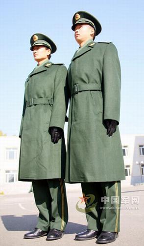 资料图:穿着07式常服大衣的武警警官-解放军规定07式新军装不再统图片