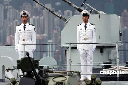 资料图:穿着07式海军常服的驻港部队海军士兵.-解放军规定07式新图片