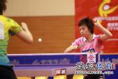 图文:张怡宁取两分北京3-1 张怡宁奋力回球