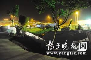 27日晚7点30分许,南京地铁二号线元通站附近工地突现塌陷。范晓林 摄