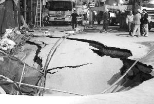 地铁工地塌陷,凹陷最深处超过5米 快报记者 唐伟超 摄