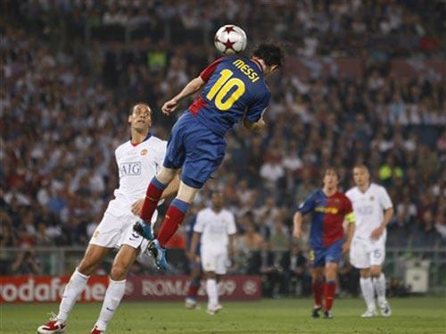 图文:[欧冠]巴萨2-0曼联 梅西头球破门瞬间