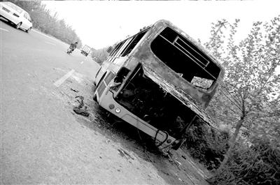 公交车尾部被烧空。