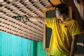 图文:男子25米手枪速射比赛 张健认真瞄准