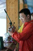 图文:男子50米手枪慢射决赛 石兴隆稳定思绪