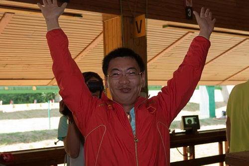 图文:男子50米手枪慢射 石兴隆夺冠开心不已