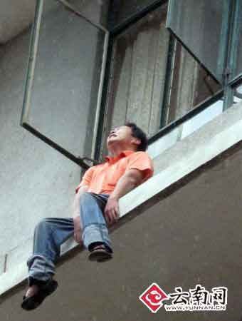 欲跳楼轻生的小伙显得很痛苦 实习生 耿昊 摄