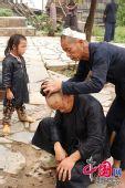 苗族文化的活化石:奇特岜沙人镰刀剃头