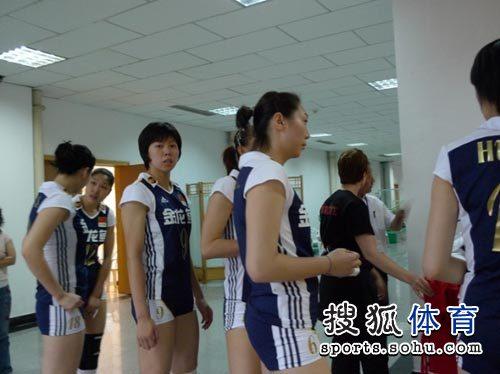 图文:中国女排3-0横扫土耳其 赵燕妮直面镜头