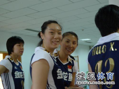 看到老朋友,李娟对镜头来了一个灿烂的微笑