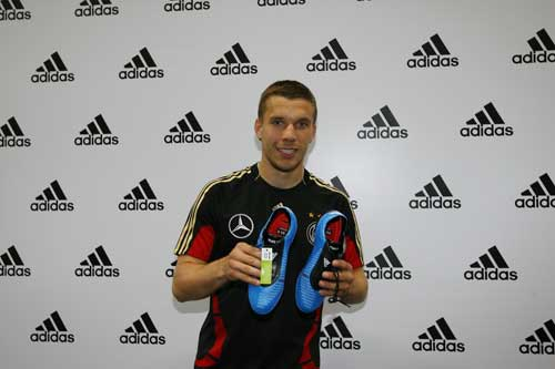 波多尔斯基展示其最新装备F50i战靴