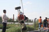 图文:09亚洲方程式北京站 赛车被吊起