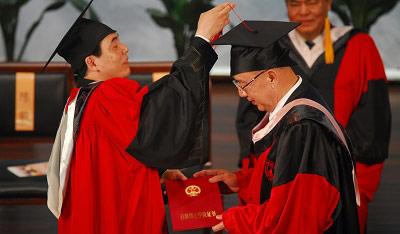 吴伯雄(右)昨天从南京大学校长陈骏手中接过法学名誉博士学位证书。 CFP 图