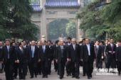 中国国民党主席吴伯雄今天上午率团晋谒中山陵