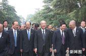 吴伯雄抵达南京中山陵 开始谒陵纪念活动(图)