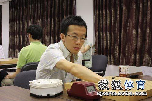 图文:第二轮张璇挑战古力 新科理光杯冠军王��