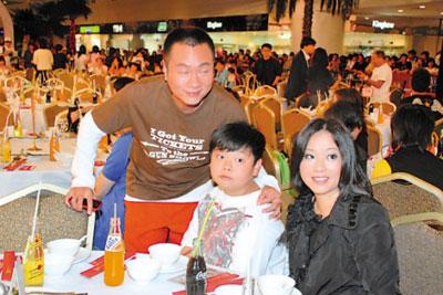 黎耀祥携妻儿出席宴会