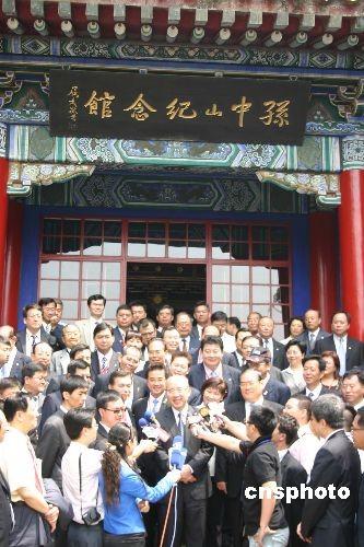 6月1日上午8时30分许,吴伯雄率领中国国民党大陆访问团晋谒南京中山陵。中新社发 丁梅 摄