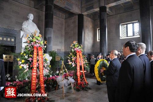 中国国民党主席吴伯雄向孙中山像敬献花圈