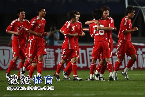 图文:[友谊赛]国足VS伊朗 郜林与队友庆祝