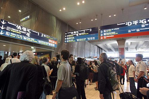 在法国戴高乐机场接机者焦急等待该航班抵达。