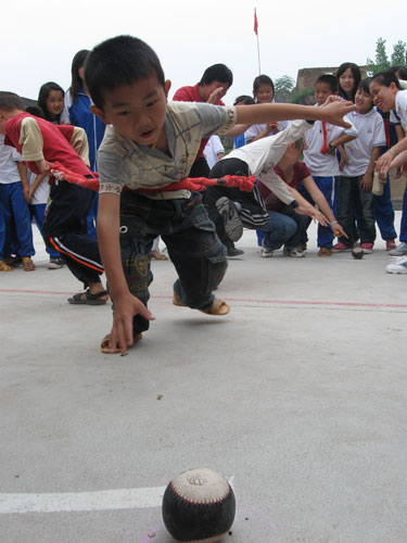 六一儿童节,上陵镇中心小学的学生们在玩角力游戏