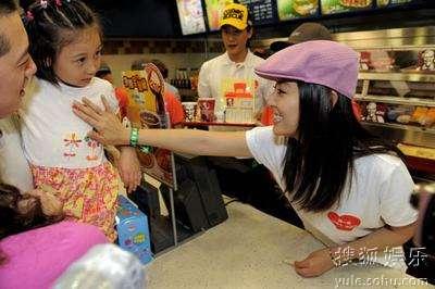 陆毅林心如走进餐厅向消费者劝捐