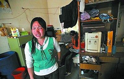 两女孩的母亲十分伤心 云南信息报供图