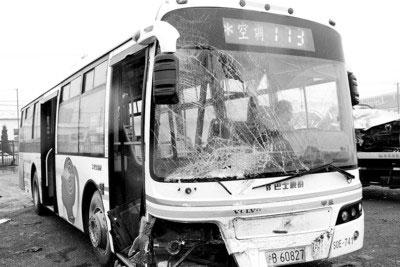 事故中的173路公交车