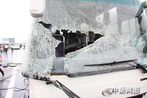 大客车的前挡风玻璃已完全破碎