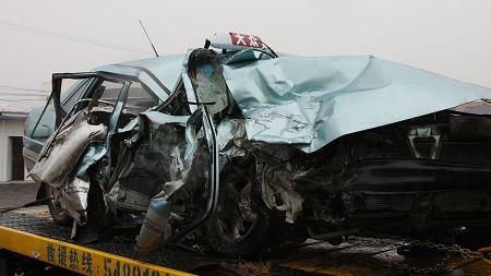 上海发生出租车撞公交事故 韩国女乘客2死2伤