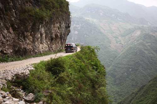I Do儿童基金一行行驶在悬崖边上,去往天边小学的路上。