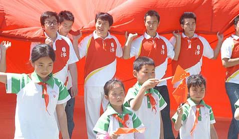 成龙、小柯等《国家》主创与师生代表共展巨幅国旗