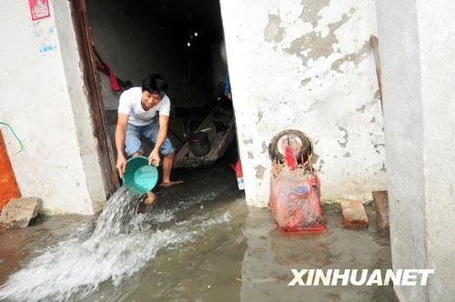 6月2日,南昌市何兴村一居民排家里的积水。新华社发