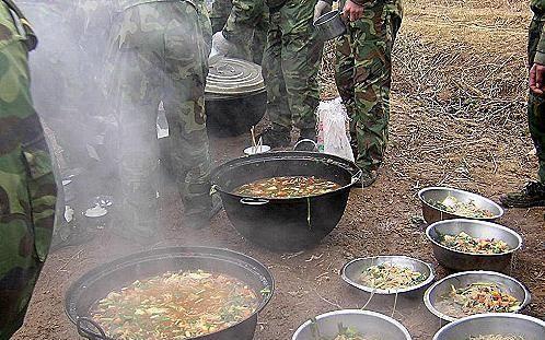 资料图:解放军官兵在野外用餐.